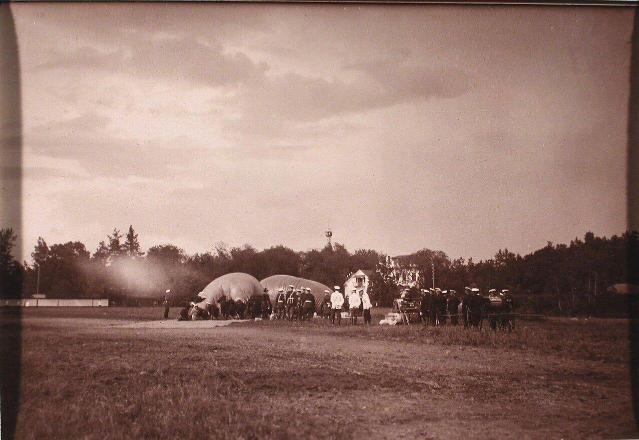 12. Солдаты выпускают воздух из шара после полёта