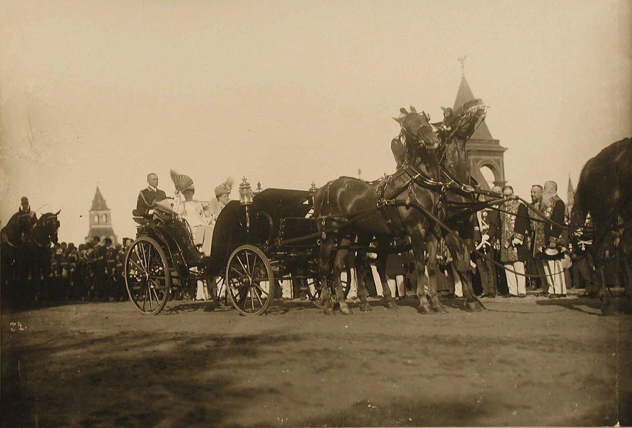 33. Императорский кортеж следует в Успенский собор; в экипаже (справа) - великая княгиня Елизавета Маврикиевна