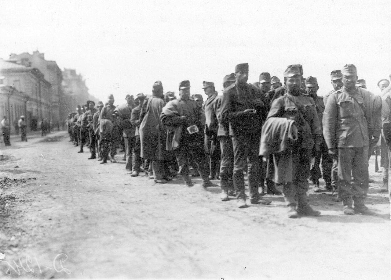 20. Группа военнопленных под конвоем на Калашниковской набережной