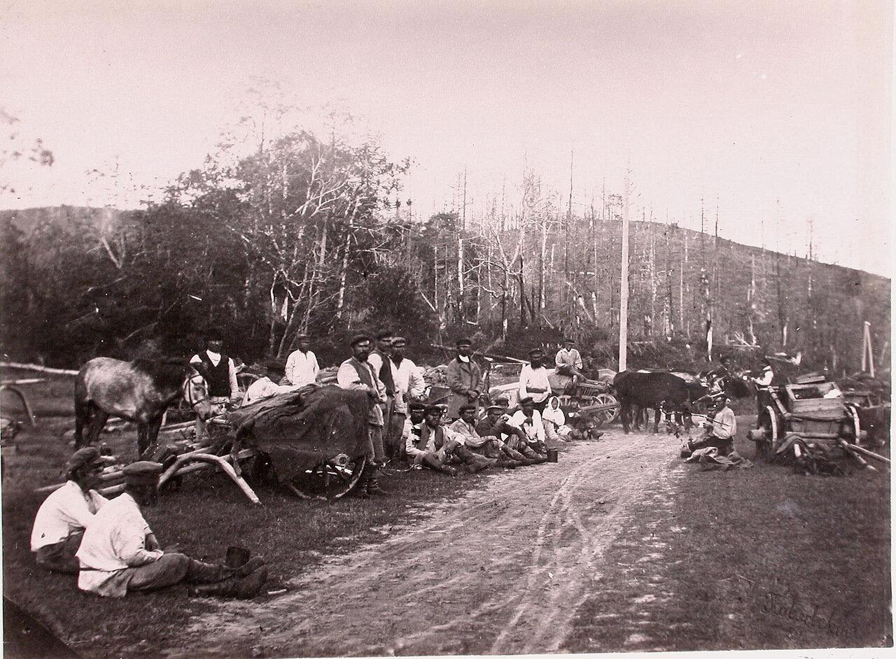 59. Поселенцы, едущие с грузом, во время отдыха в пути