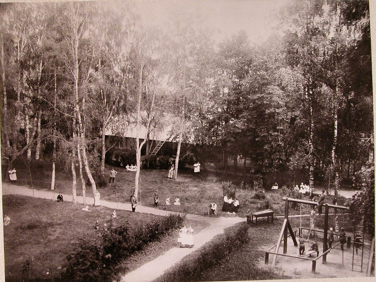 04. Дети в саду училища во время прогулки