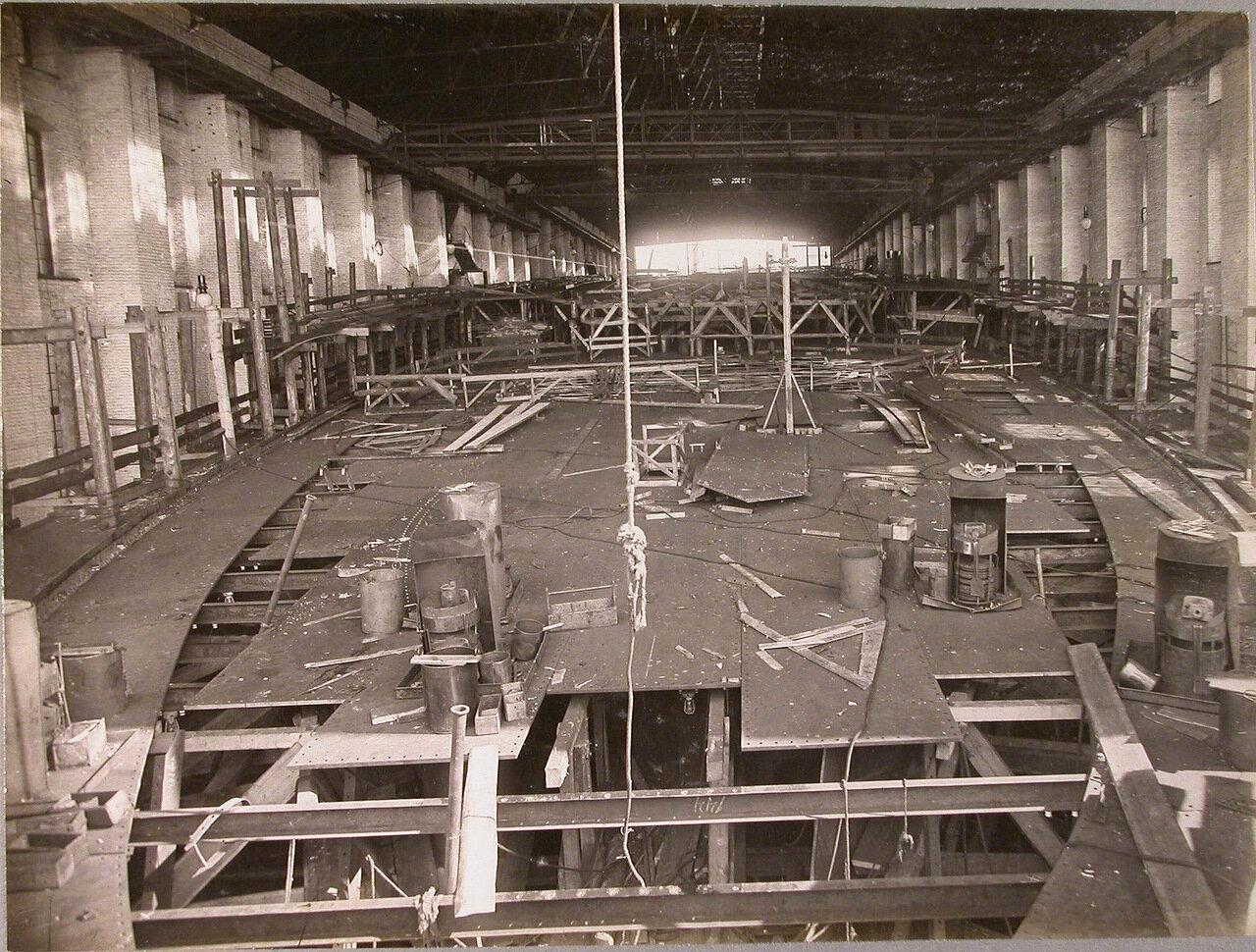 23. Вид участка цеха во время настилки средней палубы строящегося линейного корабля «Полтава». 10 марта 1911 г.