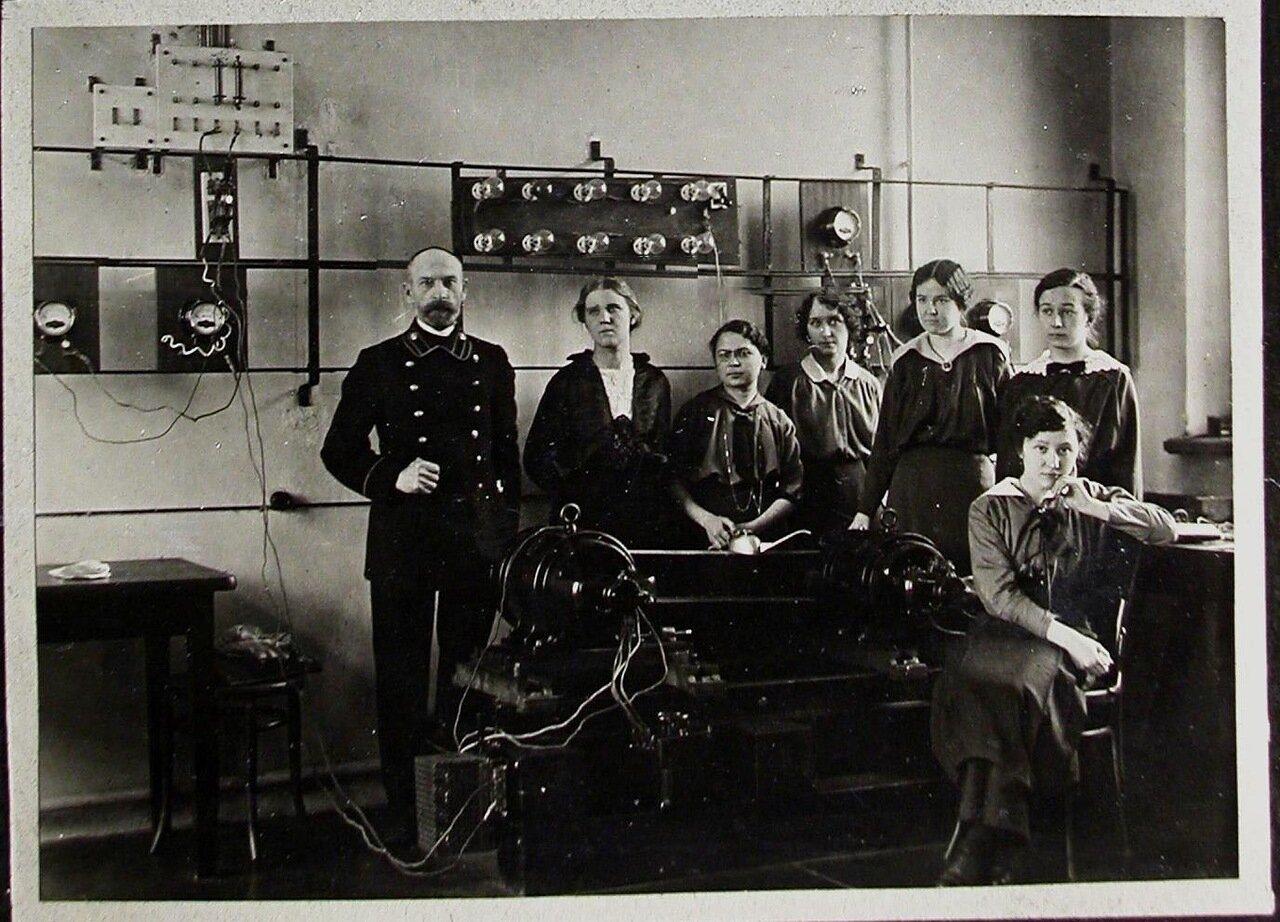 18. Группа студенток с преподавателем в лаборатории