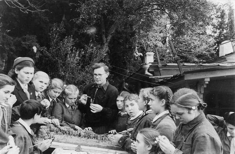 1955. Дети изготовляют макет лагеря