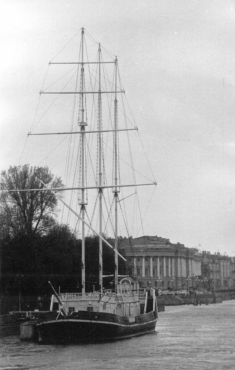 02. Вид на парусное судно - ресторан «Кронверк» и здание Сената