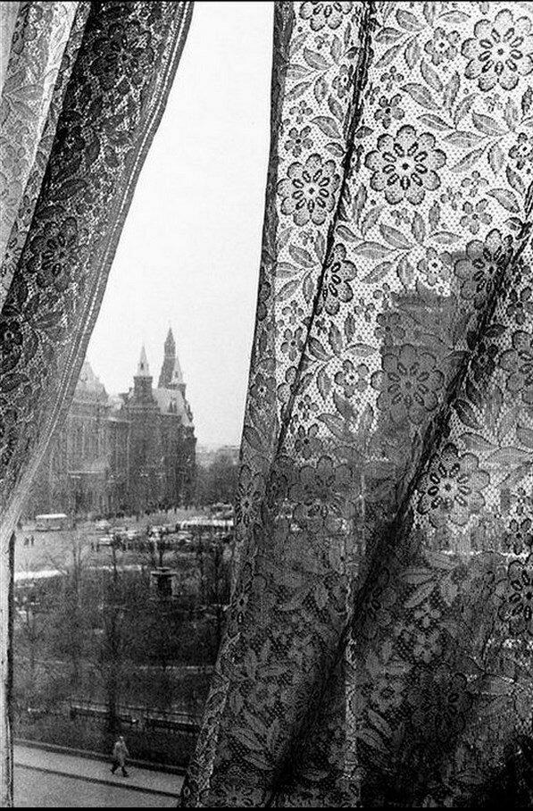 05. Вид Красной площади из окна отеля Метрополь со типичными шторами в русском стиле