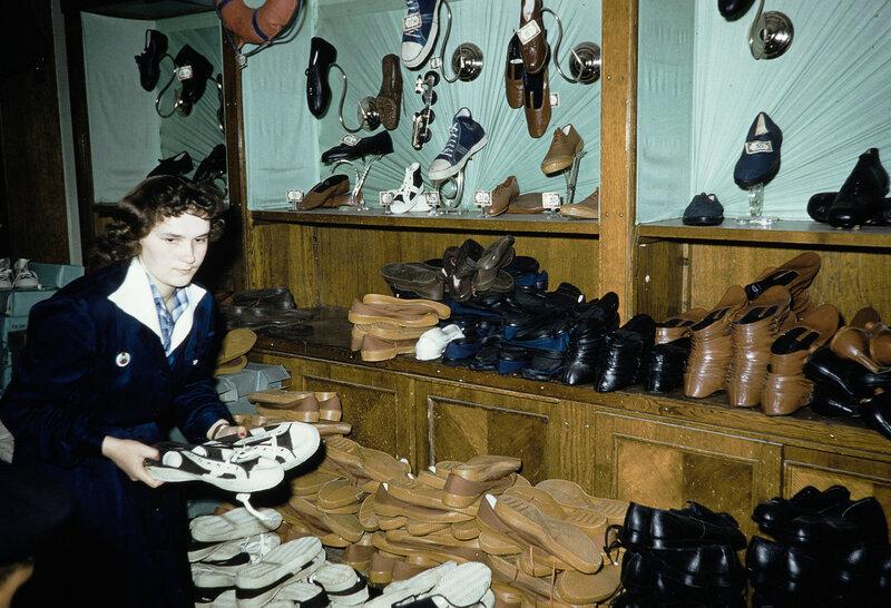 1959 Обувь в Москве. Harrison Forman7.jpg