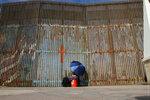 Женщина разговаривает со своей родственницей через забор, разделяющий Мексику и США. Тихуана, Мексика, 13 ноября 2016 года. Фото: Jorge Duenes / Reuters l