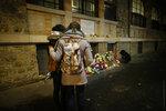 Девушки пришли почтить память погибших в результате терактов в Париже 13 ноября 2015 года возле бара-ресторана La Belle Equipe. Париж, Франция, 13 ноября 2016 года. Фото: Gonzalo Fuentes / Reuters