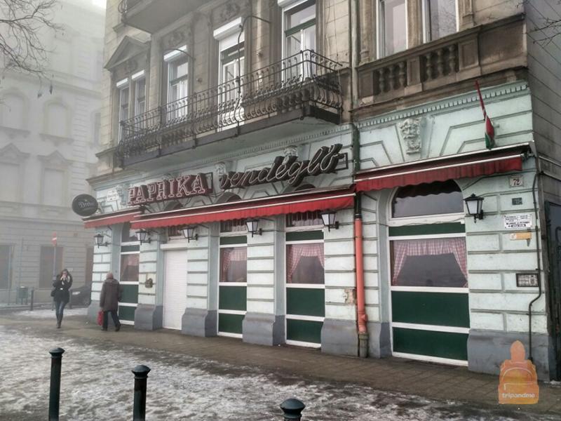 Так выглядит вход в ресторан Паприка в Будапеште