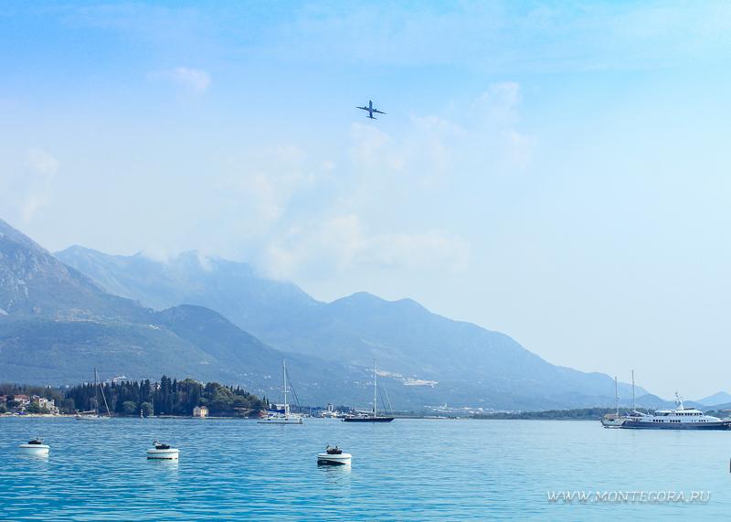 Самолёт над заливом в Тивате