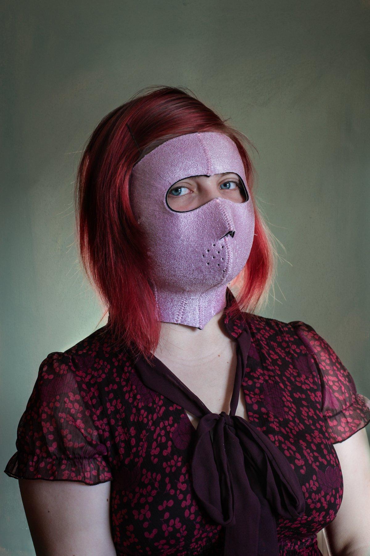 Сауна для лица надевается на все лицо и благодаря специальной ткани заставляет кожу интенсивно потет