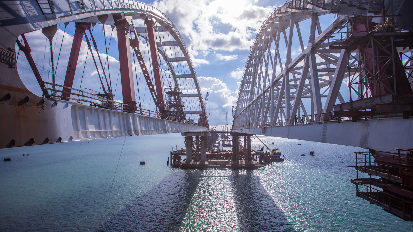 Завершена морская операция по установке арки Крымского моста (1 фото)