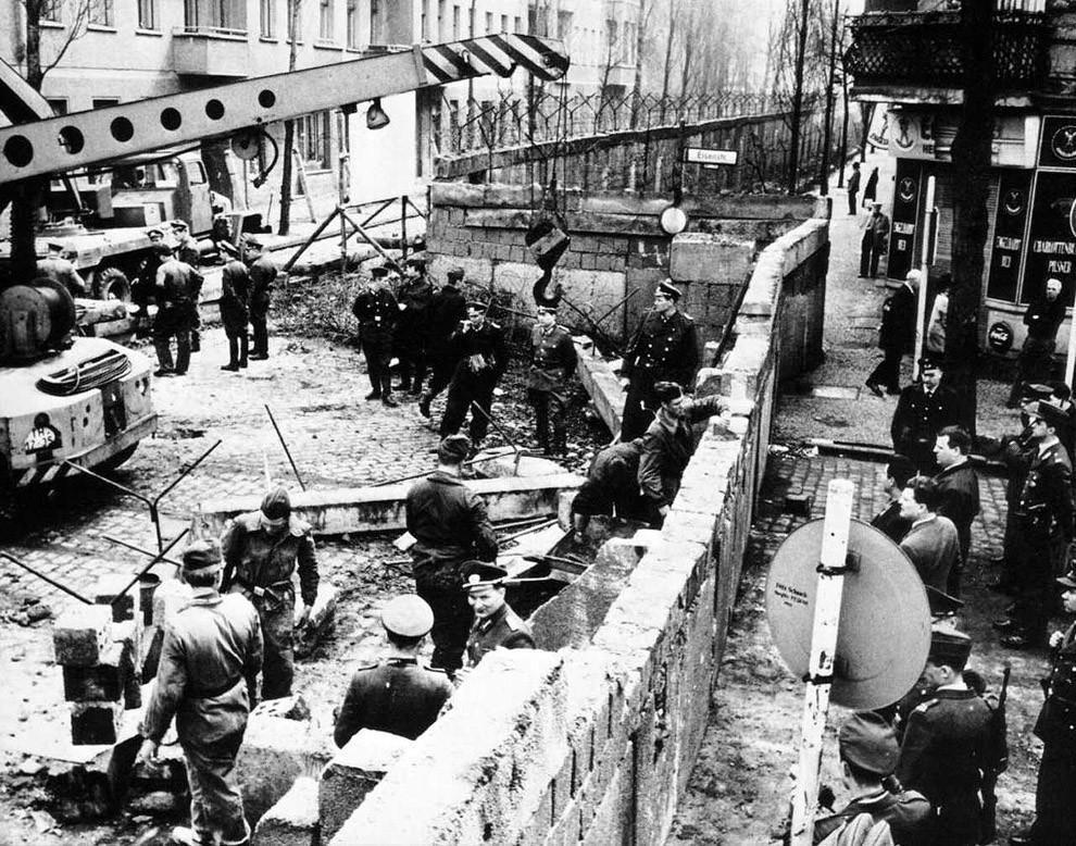 18. Строительство Берлинской стены, 1961 год.