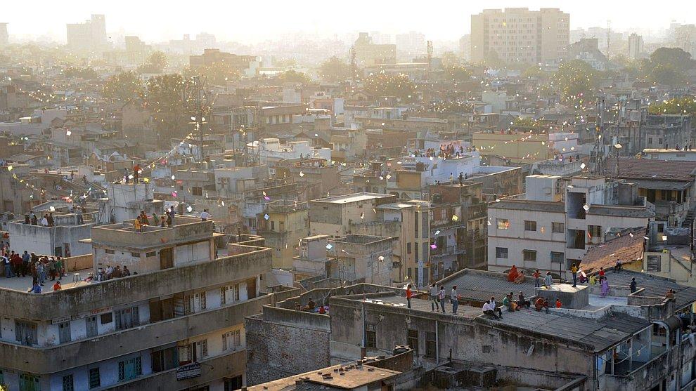 Молитва в честь бога Солнца за поддержания жизни на Земле, Мумбаи, Индия, 1 ноября 2011. (Фото Rajan