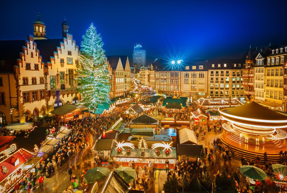 Ель на площади Рёмемберг в стране, где зародилась традиция рождественских ярмарок.     Т