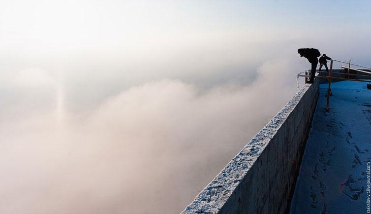 Местами проглядывался город, зрелище было феноменальное. (Фото Виталия Раскалова):