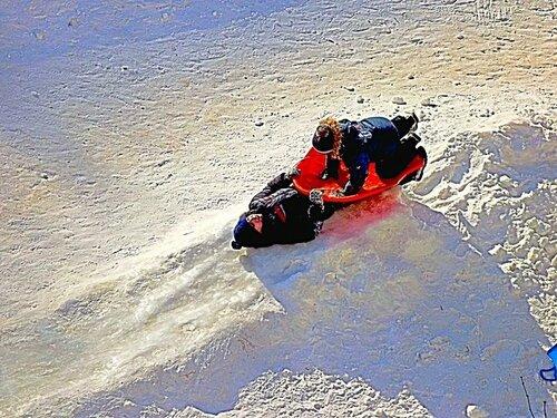 Зима в России. Хорошо кататься на корыте!