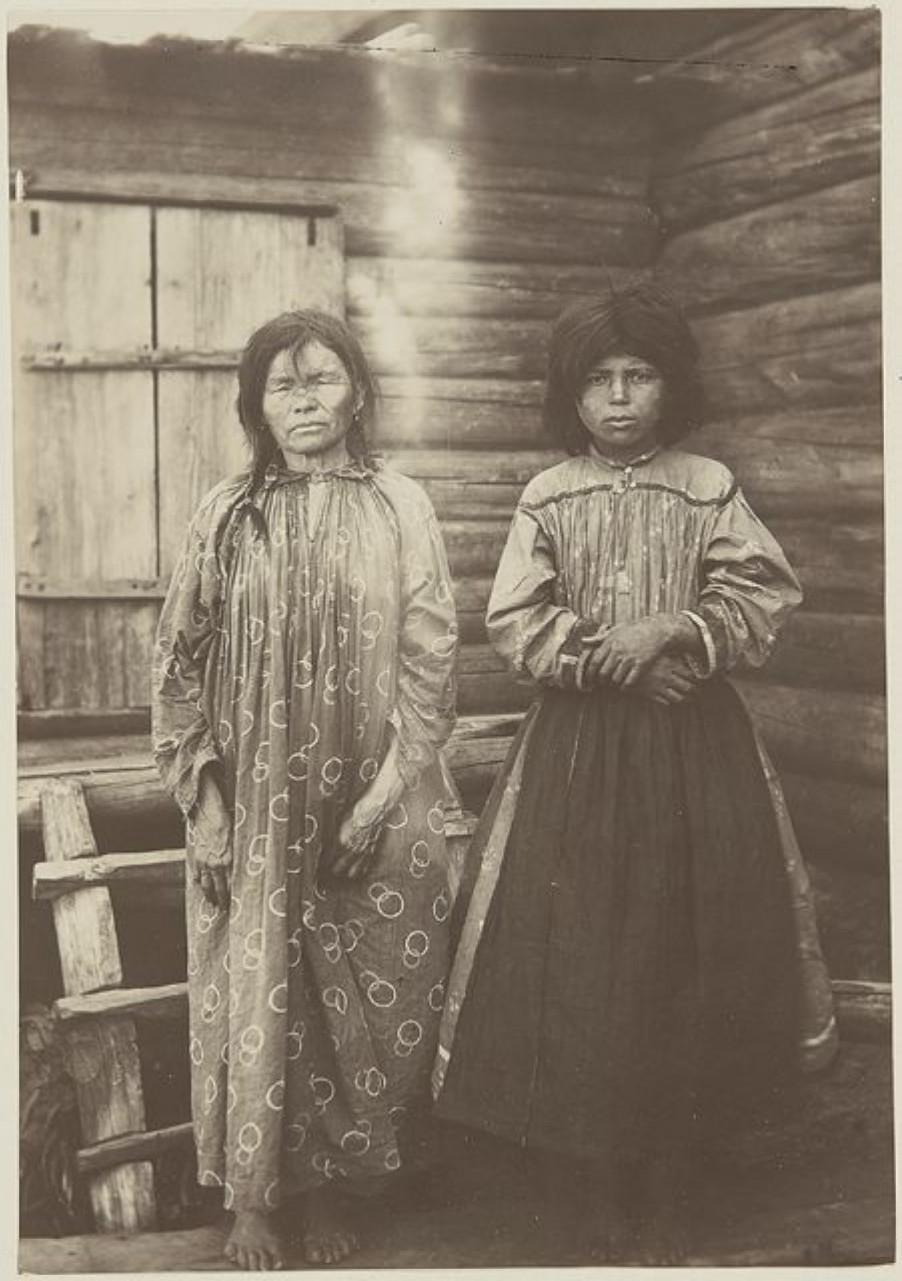 Две хантки. Слева направо: Екатерина Немлекина, Елена Немелькина. Васюган
