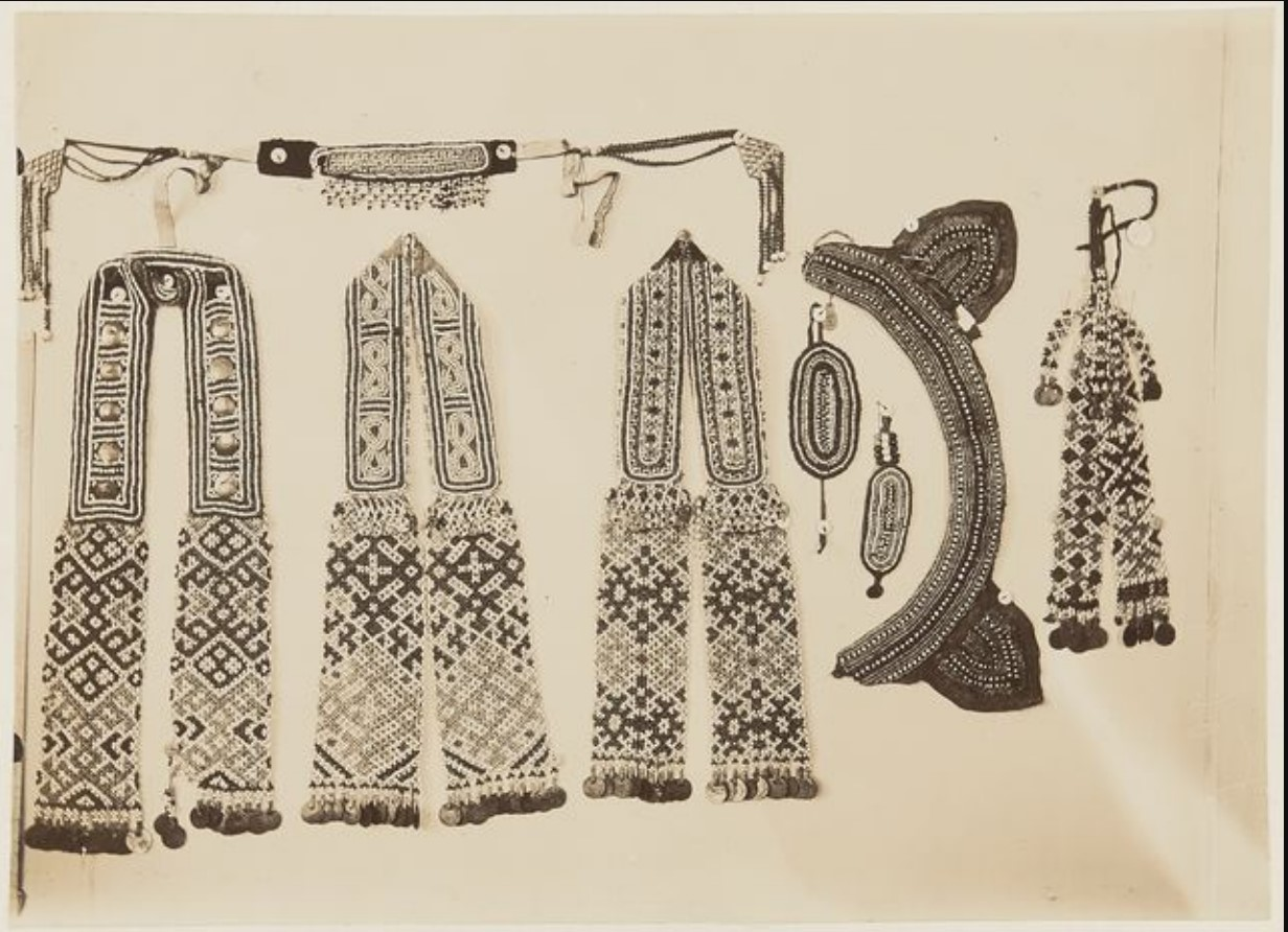 Бисерные ожерелья и браслеты из Тобольского музея