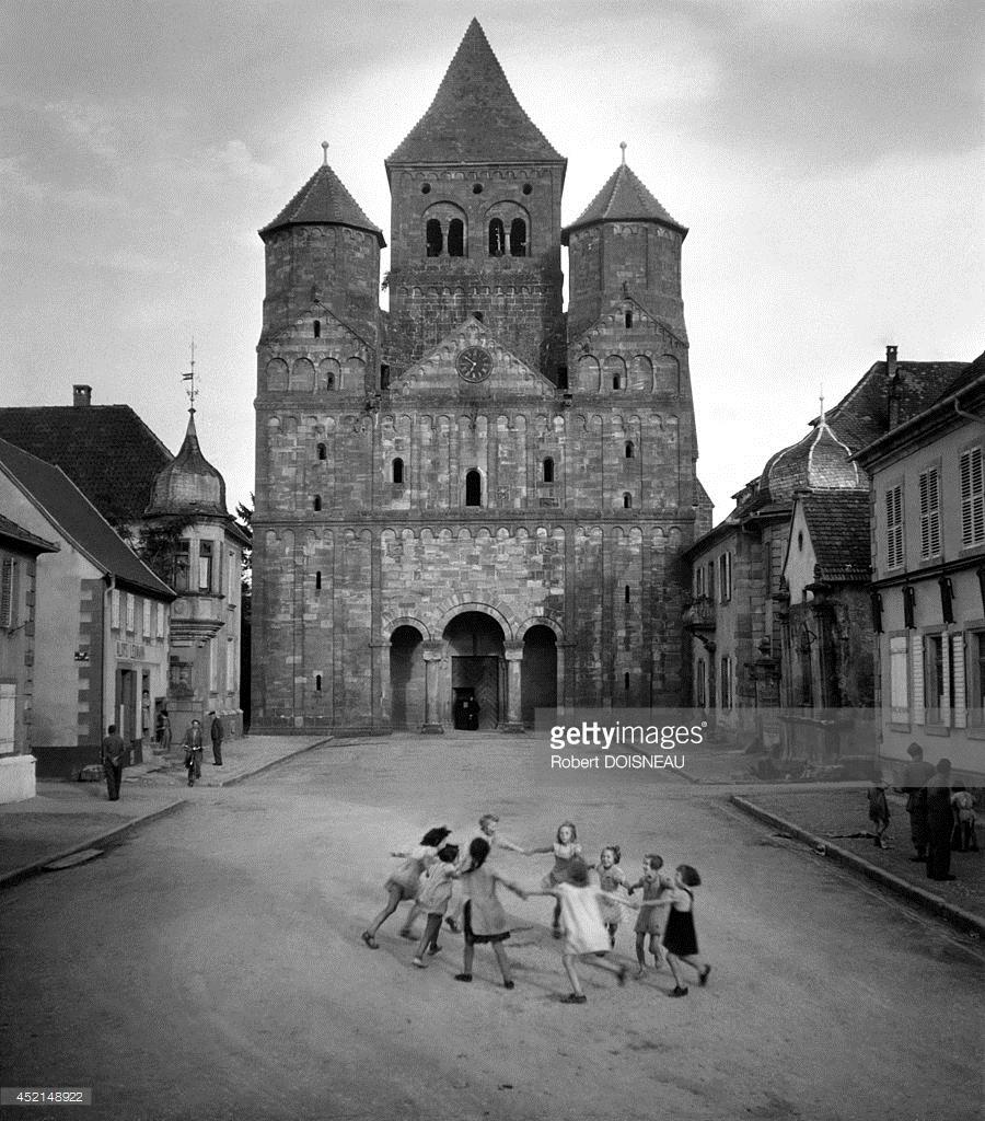 1960. Дети водят хоровод у входа в церковь Аббатства Мармутье