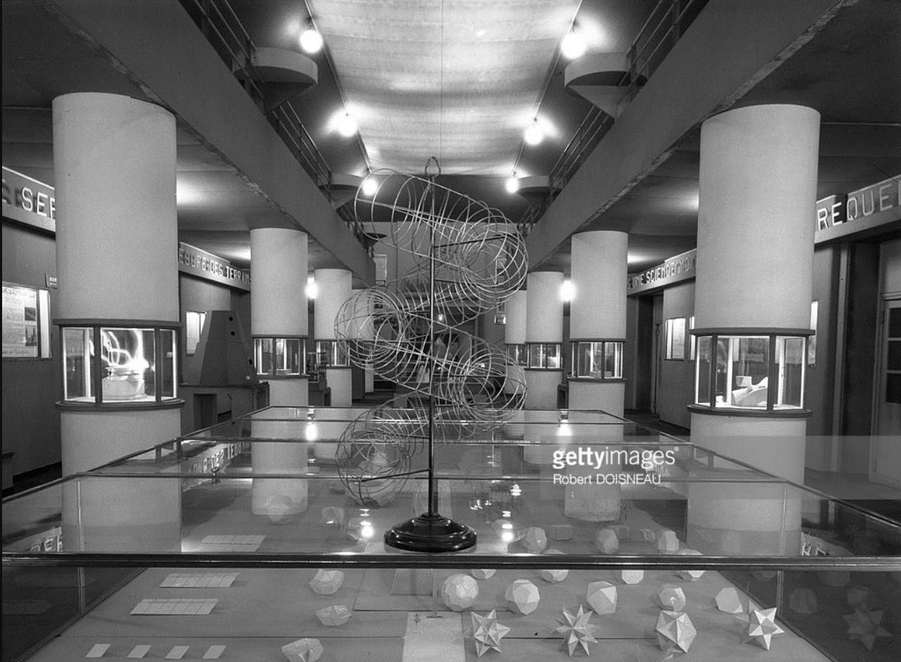 1948. Музей науки и техники «Дворец открытий» в Париже. Один из залов музея
