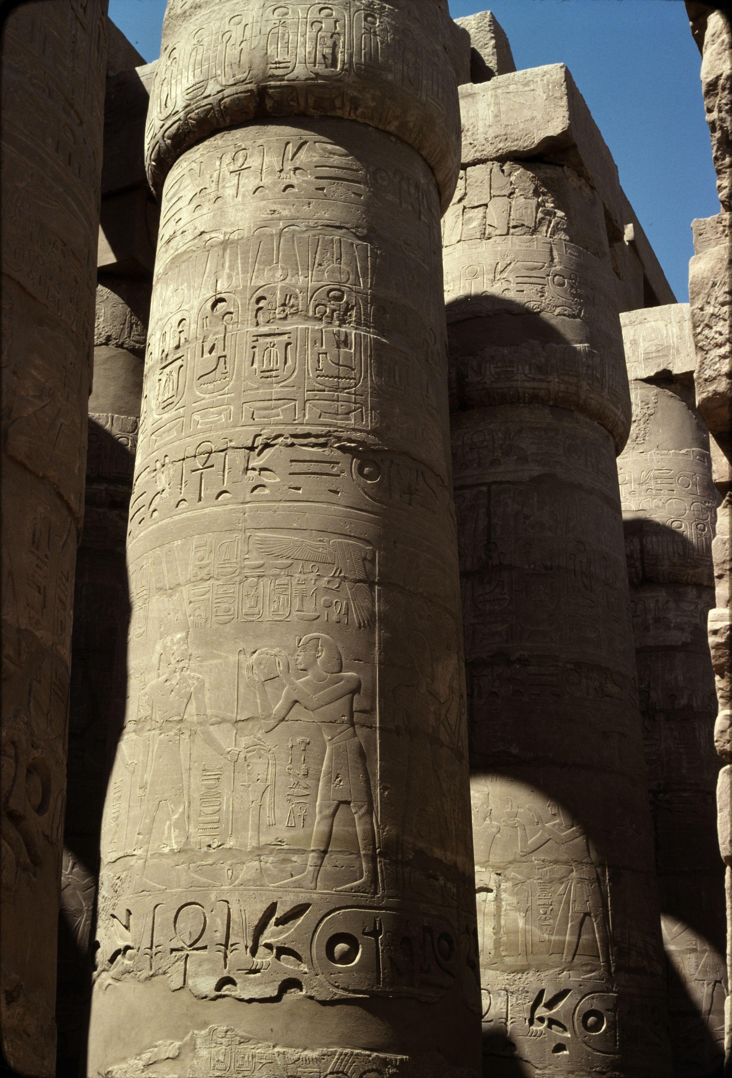 Храм Амона-Ра. Колонна в Колонном зале. Сети I совершает жертвоприношение Амону, тут же картуш его сына Рамсеса II