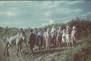 Крестьянки с немецкими солдатами