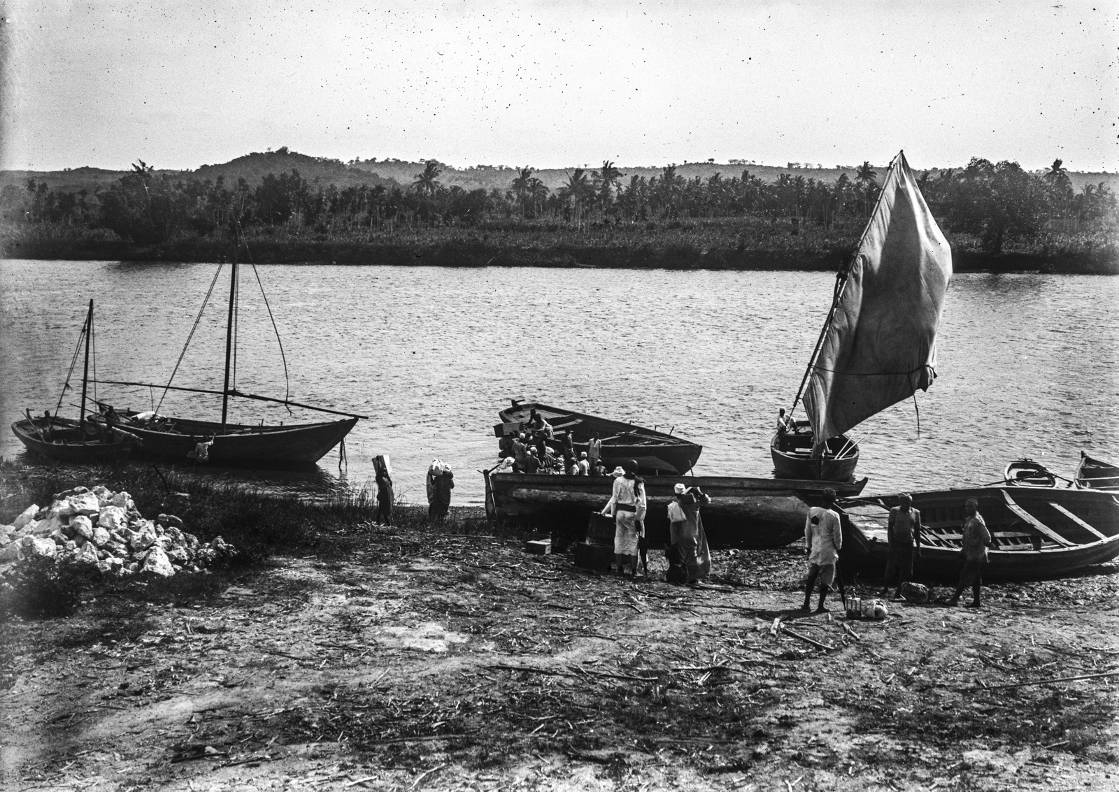 168. Лодки на берегу