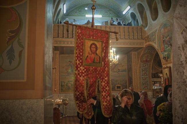 И сущим во гробех живот дарова, церковные двери отворились, духовенство и молящиеся входят храм.