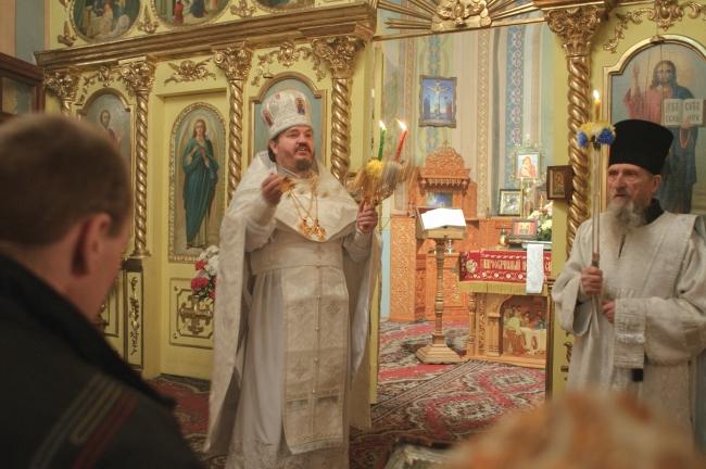 Протоиерей Александр приветствует молящихся словами: «Христос воскресе!».