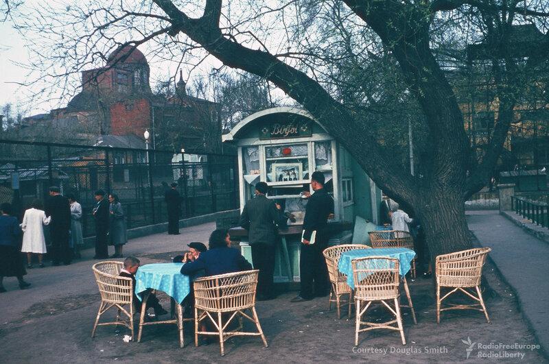 Московский зоопарк, вид на храм Георгия Победоносца.jpg