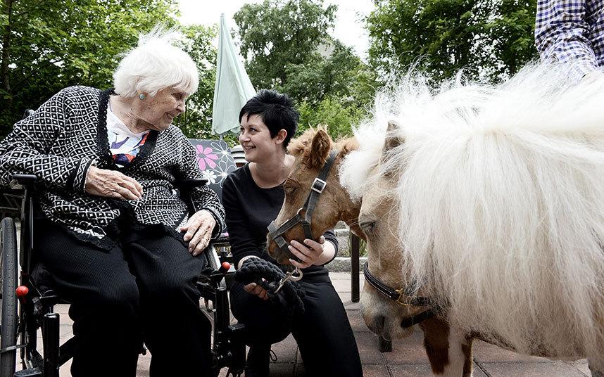 7. 97-летней Эдит Бибби напоминает кошку, которая когда-то у нее жила.