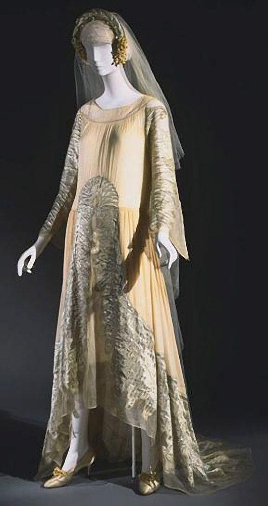 36. 1925 г. Франция. Jeanne Lanvin. Ансамбль выполнен в стиле итальянской моды 15-го века.
