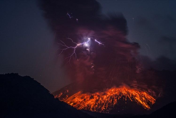 Сакурадзима  В южной части японского острова Кюсю расположена гигантская вулканическая кальд