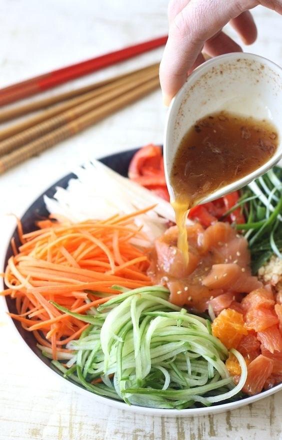 Яркий и сочный салат из свежих овощей и рыбы популярен в Малайзии, Индонезии и Сингапуре. Его нужно