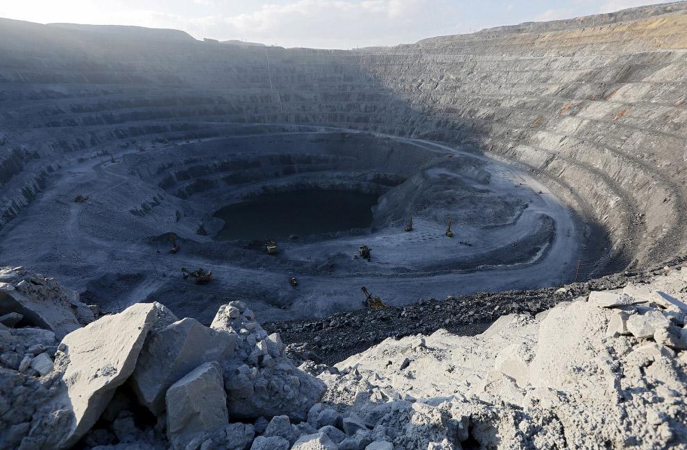 3. Чтобы добыть одну тонну руды приходится вывезти из карьера 40 т пустых пород. Однако, масшта