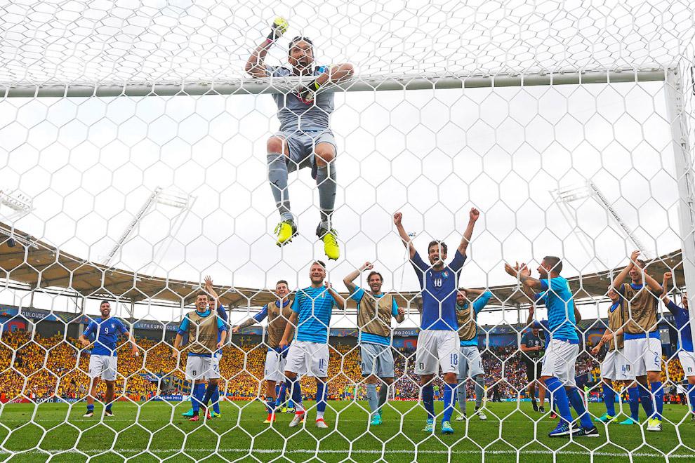 21. Фаеры на поле во время матча между сборными Чехии и Хорватии, 17 июня 2016. (Фото Joe Klama