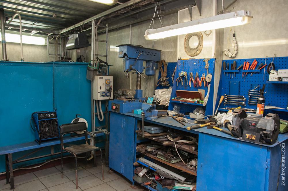 Между двумя камерами располагается небольшая мастерская, из которой можно попасть в машинное отделен