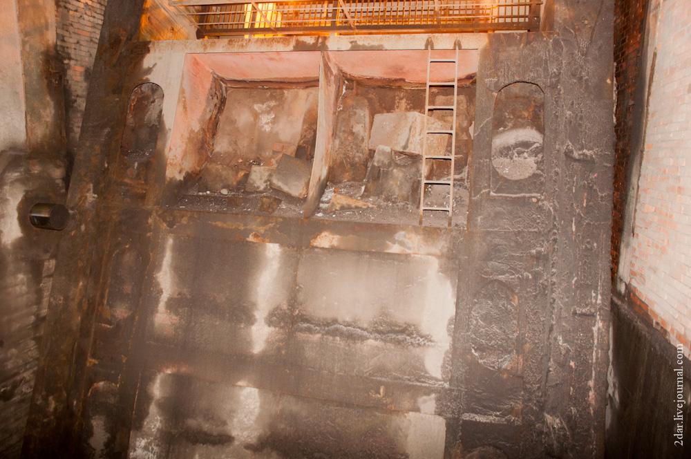 А вот так с ним. Противовес из ящика, наполненного передельным чугуном и бетоном. 750 тонн. Встав на