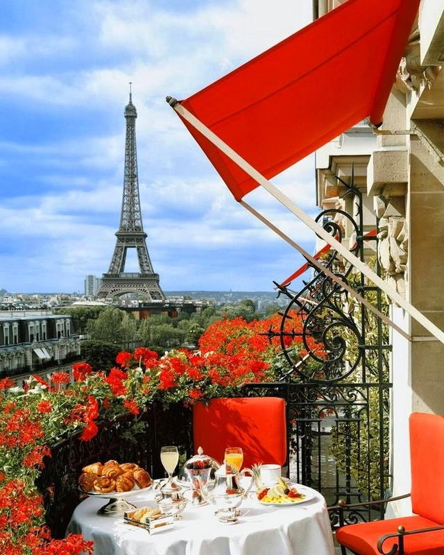 3. Даже если бы тут не было Эйфелевой башни и сам балкон был бы расположен в спальном районе небольш