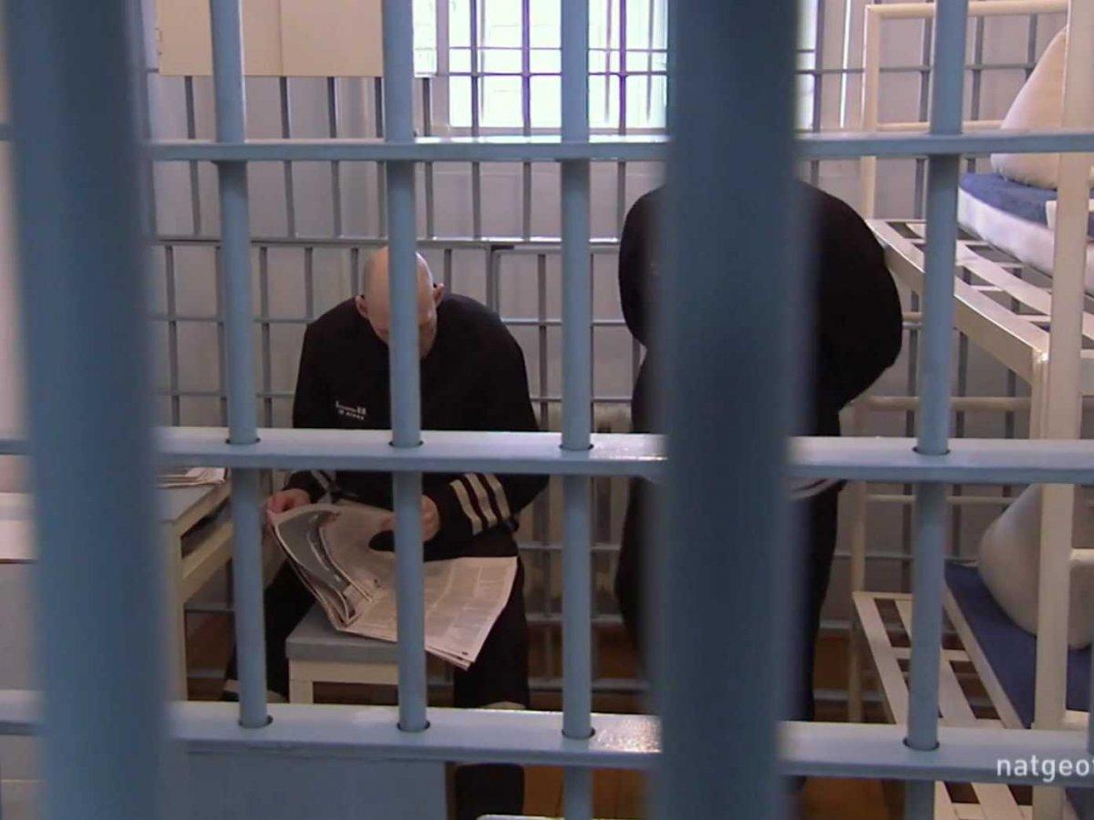 Двое заключенных делят 5 квадратных метров камеры.