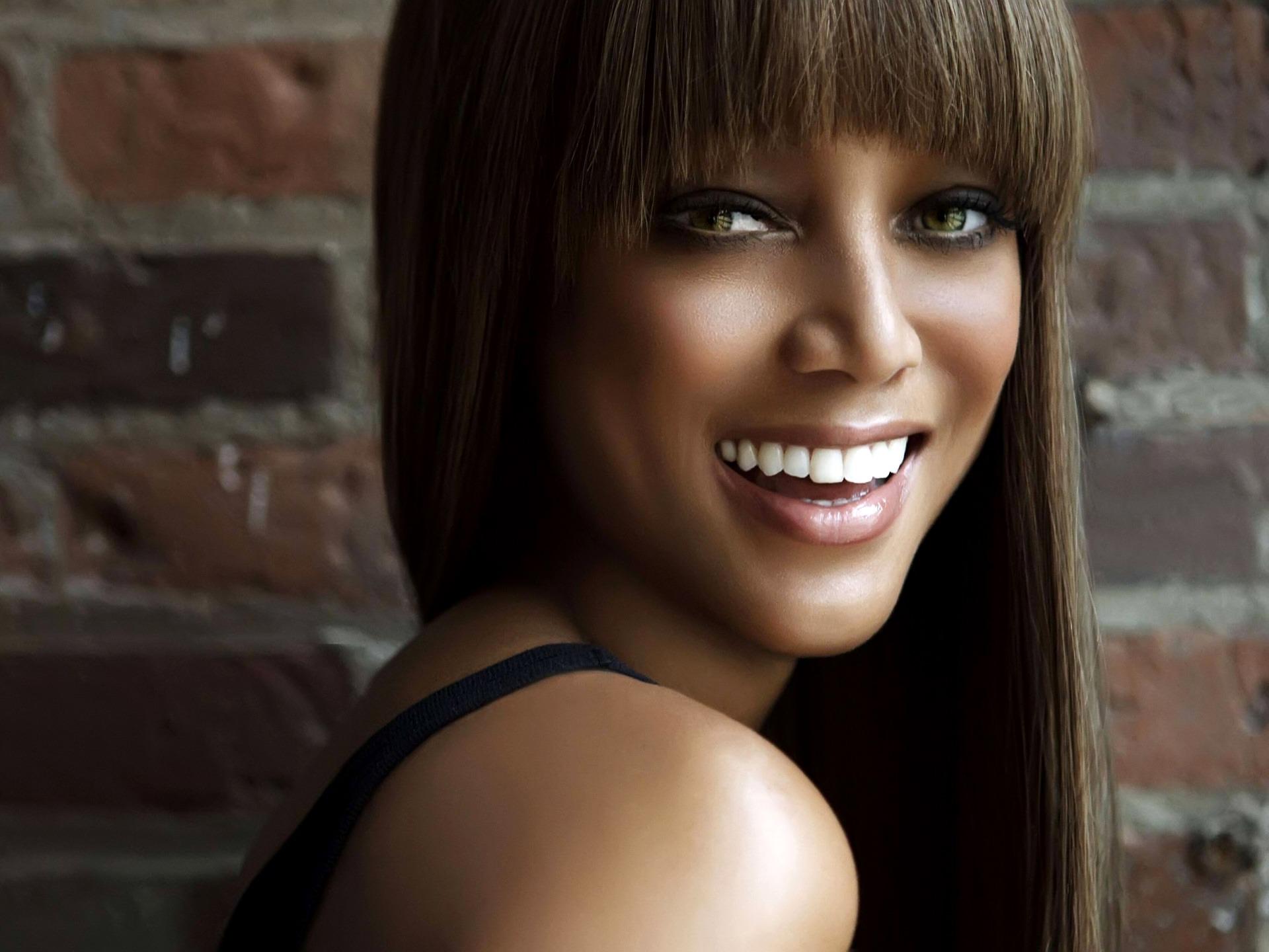 tyra-banks-smile-wallpaper-tyra-banks-female-celebrities_00430262.jpg