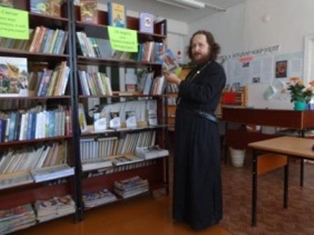Протоиерей отец Евгений делает обзор православной литературы.jpg