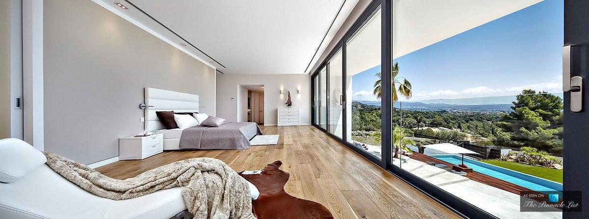 Огромная спальня с большим окном