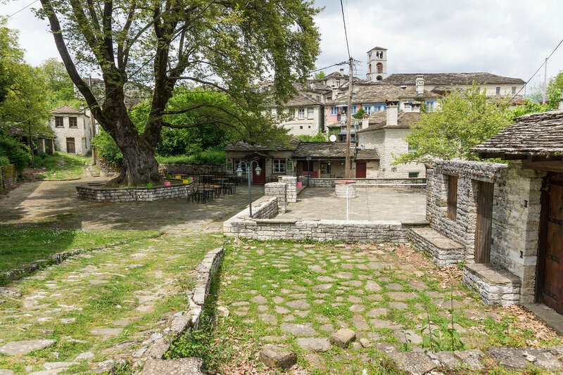 главная площадь старинной деревни Дилофо (Dilofo), Загория, Греция
