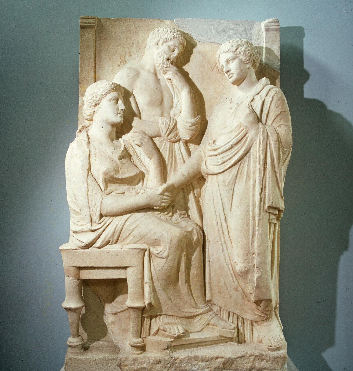 Могильная стела с тремя фигурами. Начало IV в. до н.э.
