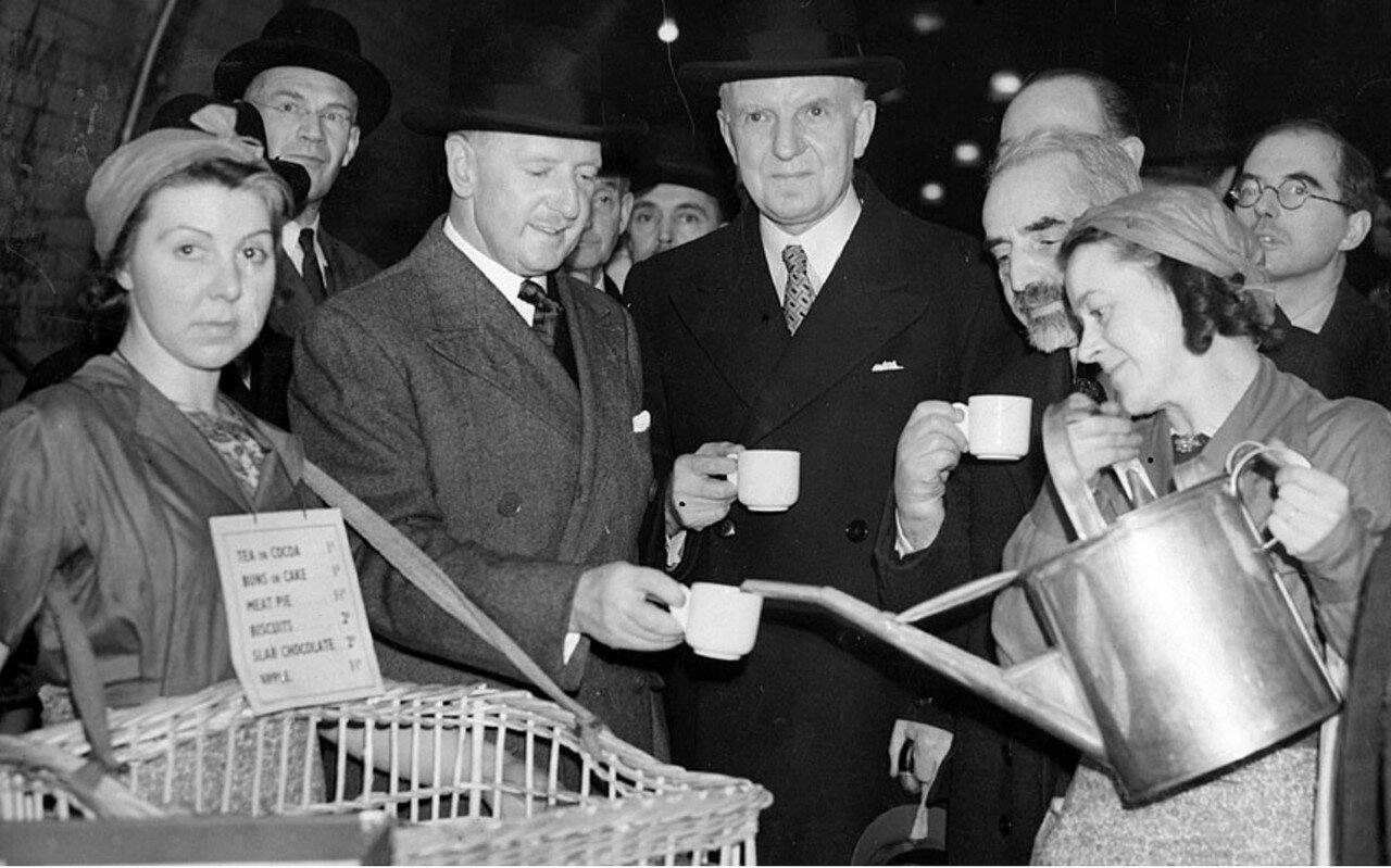 1940. Сэр Джордж Уилкинсон, лорд-мэр Лондона и министр продовольствия лорд Вултон, наслаждаются чашечкой чая в одном из бомбоубежищ лондонской подземки
