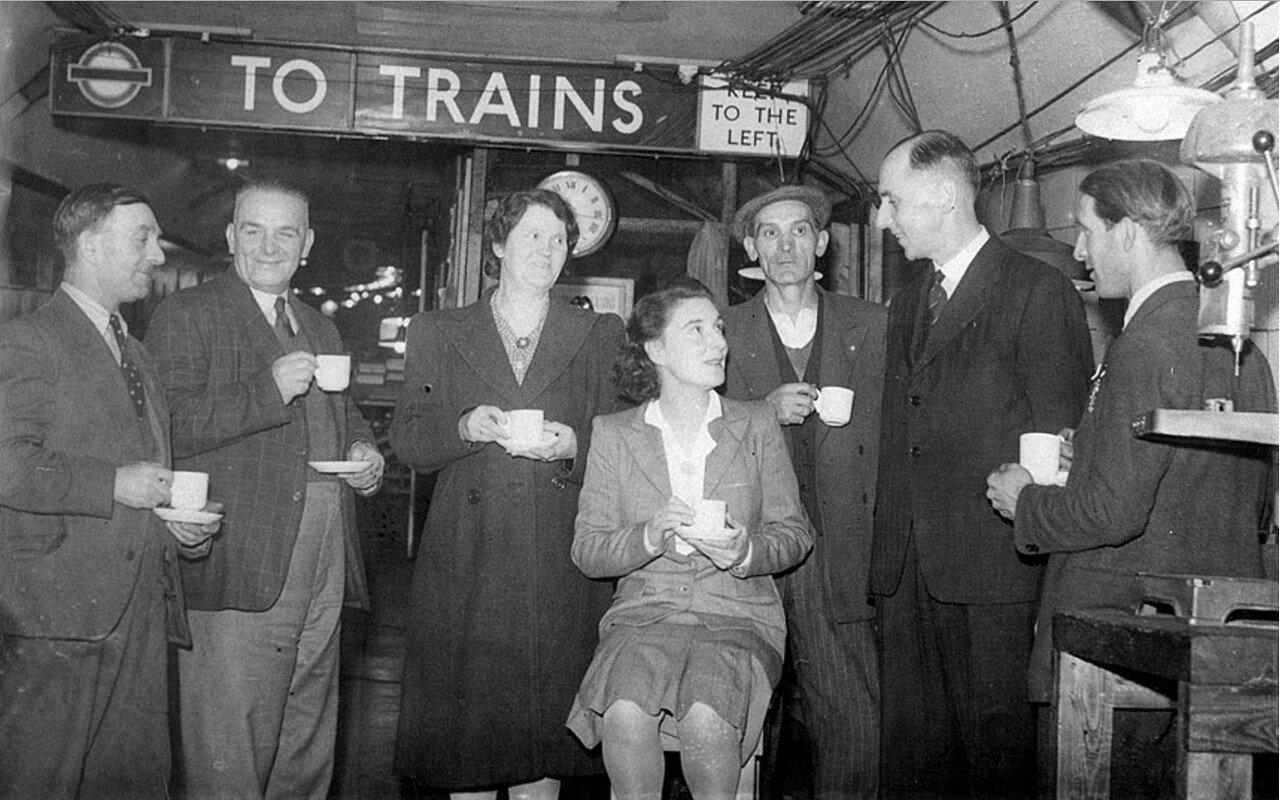 1942. Рабочие расположенного в подземке военного завода за чашкой чая