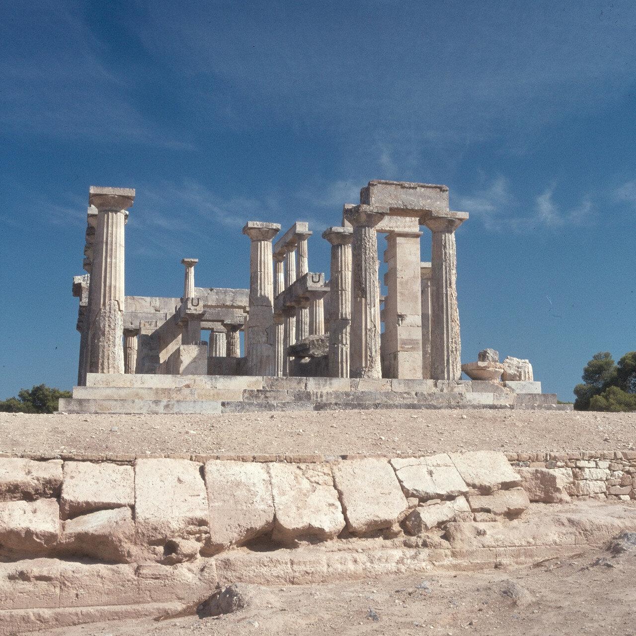 01. Храм расположен на северо-восточном крае острова на холме над мысом. На снимке: перибол храма с запада